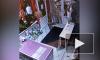 Видео: на Купчинской мужчина ударил сотрудницу цветочного магазина камнем по голове