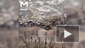 В Хабаровске ледоход снес ограждение набережной и чуть не задавил людей