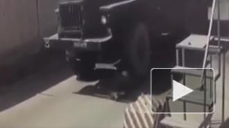 В Подмосковье грузовик насмерть задавил военного на КПП