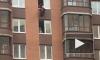 Видео: на Строителей молодой человек чуть не выпал из окна