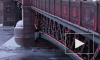 Внезапно раскрасневшийся Дворцовый мост обескуражил жителей Петербурга