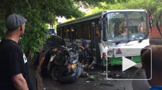 В центре Тюмени легковушка протаранила автобус, есть погибший и пострадавшие