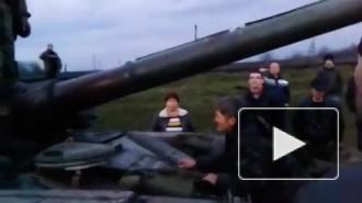 Новости Украины 15.04.2014: видео из Славянска, где жители голыми руками остановили танк, взорвало интернет