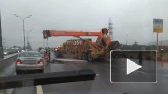 Видео из Москвы: Упавший на МКАД автокран парализовал движение