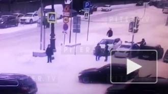 В Петербурге сотрудники ДПС в наручниках отвезли в отдел переходившую на красный девушку