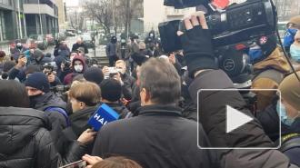 """В Киеве радикалы пытаются штурмовать телеканал """"Наш"""""""