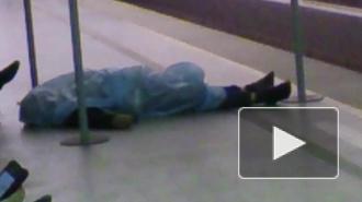 """Петербуржец упал замертво рядом с кассами на станции метро """"Лиговский проспект"""". Труп около часа пугал горожан"""