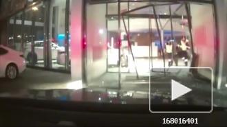 Россиянин из мести протаранил автоцентр и попал на видео