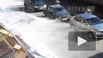 Видео: забор упал на машины и людей на набережной канала Грибоедова