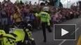 Неуклюжий брейк-данс британского полицейского в честь ...