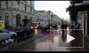 Появилось видео с Большой Никитской, где мужчина захватил банк и угрожает взорвать себя