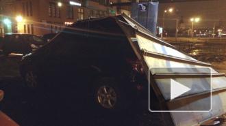 В Купчино рекламная конструкция раздавила автомобили