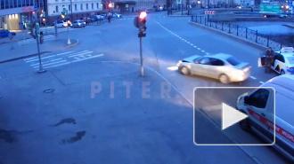 Видео: автомобиль покинул место ДТП после аварии на Декабристов