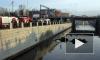 Груженый бензовоз упал в Обводный канал, протаранив 15 машин