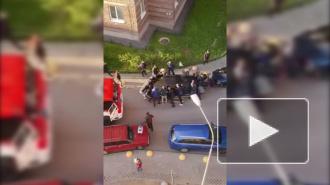 Петербуржцы сдвинули машину, чтобы уступить дорогу пожарной службе