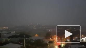 Житель Австралии нечаянно снял на видео удар молнии, который чуть его не убил