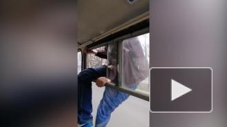 Украинец избил кондуктора и сбежал из автобуса через форточку