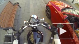 Видео, где мотоциклистка-мстительница наказывает водителей за мусор, за три дня набрало 5 млн просмотров