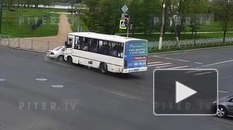 Авария с участием маршрутки и иномарки на перекрёстке в Колпино попала на видео