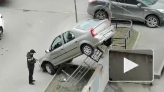 """У метро """"Парнас"""" водитель припарковал свое авто на передние колеса"""