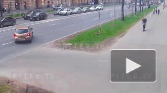 В Кировском районе пара на Renault Duster сбила пару на самокате: видео