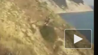 Под Анапой мужчина с ребенком сорвались с горы в море на квадроцикле