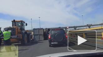 На развязке КАД и Пулковского шоссе опрокинулся мусоровоз с отходами