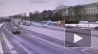 На Ушаковской набережной заметили горящий автомобиль