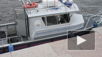 Сотрудники МЧС пытаются спасти тонущего в Морском канале человека