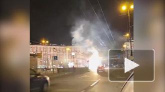 Петербуржцы сняли огненное шоу с участием трамвая
