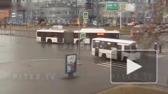"""Видео: автобус помял """"УАЗ"""" на перекрестке Ленинского и Народного Ополчения"""