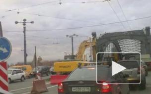 Молотком по разгильдяйству. На Большеохтинском мосту демонтируют трамвайные пути.