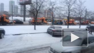 На КАДе ночью 40 снегоуборочных машин работали без перерыва из-за непрекращающейся метели