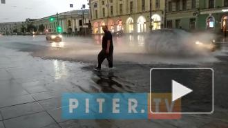Машинам приходится плыть по Невскому и Витебскому проспектам