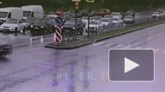 Видео: такси улетело в дорожное ограждение на Софийской улице