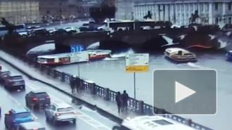 Опубликовано видео столкновения теплохода с Аничковым мостом