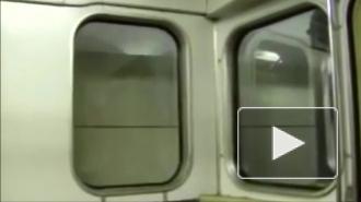 В московском метрополитене поезд сошел с рельсов: вагон разрушен, пострадавших эвакуируют носилками