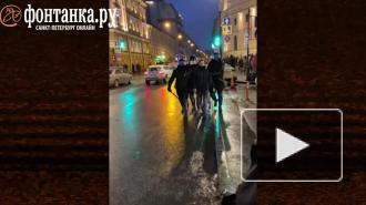 Сотрудник полиции в Петербурге ударил женщину ногой. Момент попал на видео