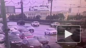 Опубликовано видео ДТП на Литейном мосту в Петербурге