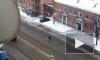Видео: на Трефолева странный петербуржец бросался на машины