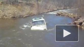 Видео из Челябинска: местный житель утопил внедорожник в реке