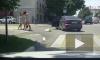 Видео эпичной дорожной драки в Новороссийске: Девушка пешеход сцепилась с девушкой водителем и ее пассажиркой