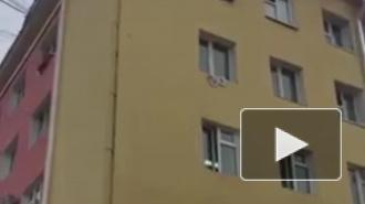 """""""Никто не помог"""": В Якутске мужчина с красной тряпкой выпал из окна"""