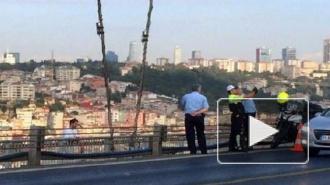 Полицейский сделал селфи на фоне самоубийцы, прыгающего с моста